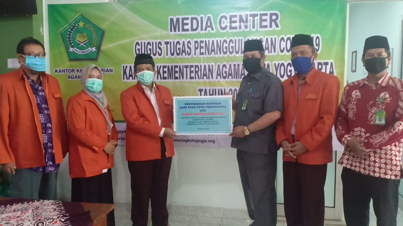 Penyerahan bantuan ke Kantor Kemenag Kota Yogyakarta