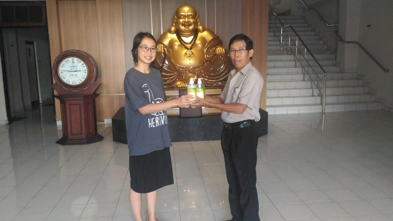 Penyerahan bantuan kepada perwakilan umat Budha & Konghucu